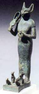 Kočičí bohyně Bastet (Bast) s posvátnými kočkami u nohou (6 kB)